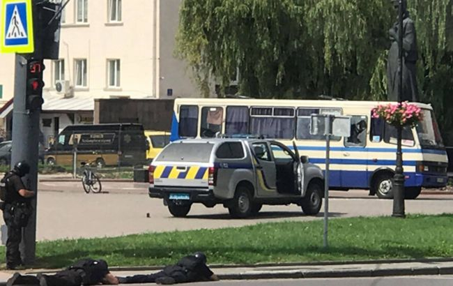 Терорист у Луцьку дозволив передати заручникам воду