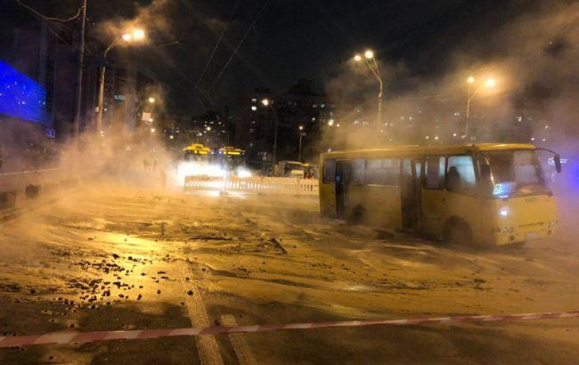 Маршрутка провалилася під асфальт, Ocean Plaza затоплений: наслідки прориву труби в Києві