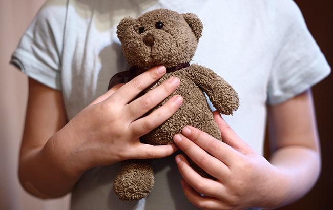 Трехлетняя девочка прожила одна четыре дня в квартире с мертвой матерью