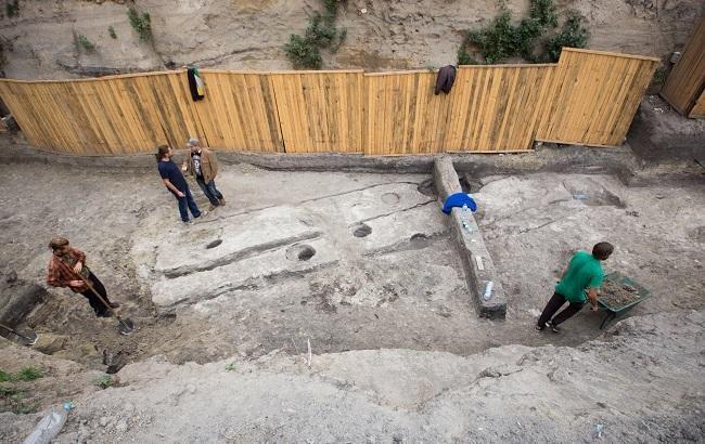 Фото: Раскопки на Кирилловской будут проходить еще месяц (Виталий Носач, РБК-Украина)