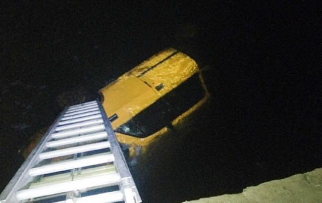 У Хмельницькій області автомобіль впав у річку, загинули 2 людини