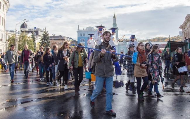 Фото: Студенты у памятника Григорию Сковороде (РБК-Украина)