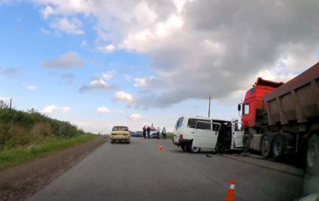 В Івано-Франківській області зіткнулися вантажівка і мікроавтобус, є загиблі
