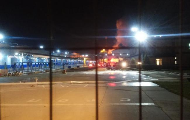 Під Одесою евакуюють людей через пожежу на заводі з переробки олій