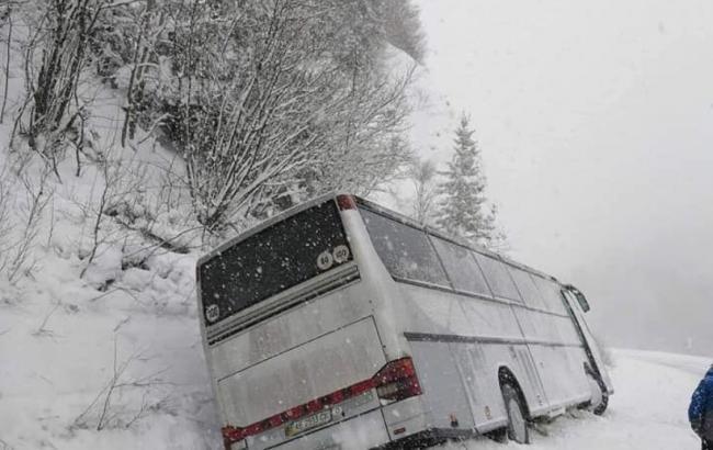 В Карпатах на перевале слетел в кювет туристический автобус