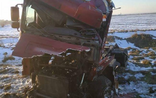 В Івано-Франківській обл. потяг протаранив вантажівку, постраждав водій