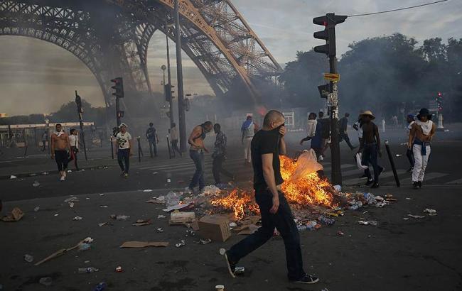 Фото: паризька поліція застосувала на Євро-2016 сльозогінний газ