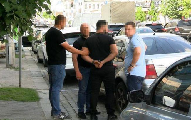 Вивезли в ліс та погрожували пістолетом. У Києві двоє чоловіків напали на іноземця