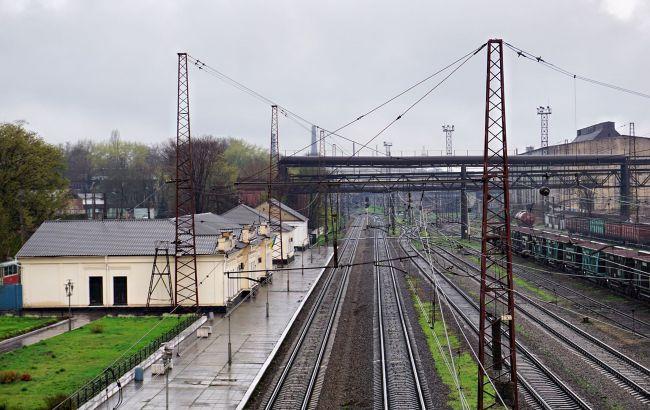 Під Києвом поїзд перекрив пішохідний перехід: люди лізли під вагонами (фото)