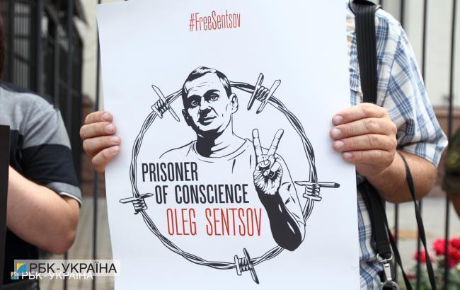 #FreeOlegSentsov: активісти передали звернення Макрону і Меркель з проханням звільнити Сенцова (фото)