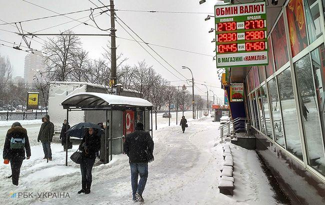 Курс долара стрімко наближається до28 гривень