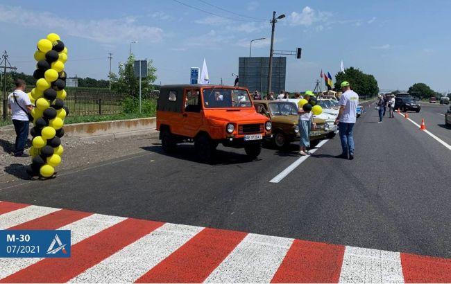 Ретрокары испытали на прочность стройку Дороги единства возле Днепра