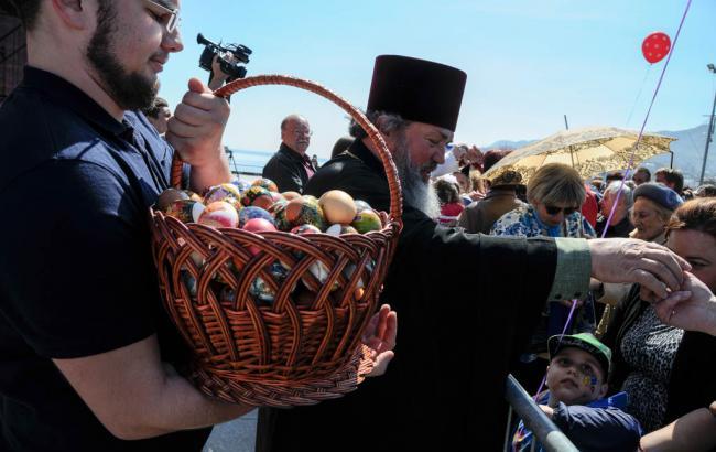 Фото: Детям в Ялте раздали пасхальные яйца через забор (twitter.com/krimrt)