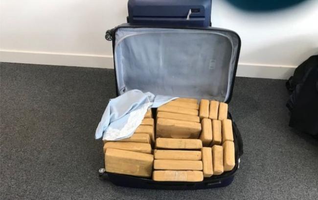 У Британії в літаку виявили півтонни кокаїну