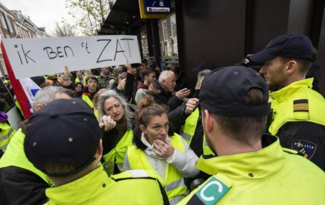 """В Нидерландах на протесты вышли сотни """"желтых жилетов"""""""