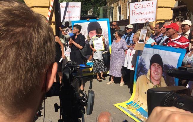 Фото: возле АПУ проходит митинг Савченко
