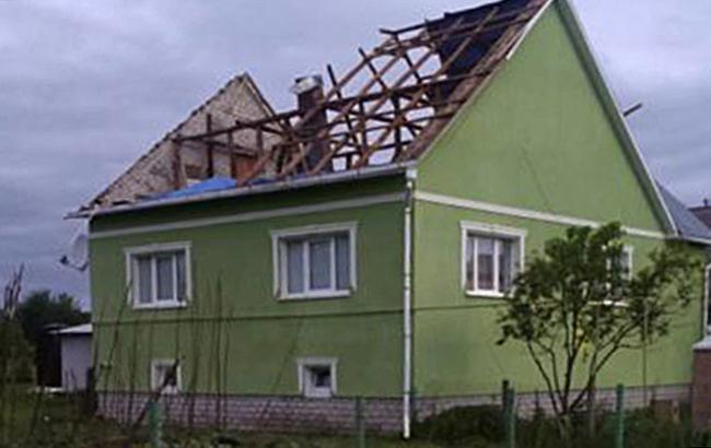 На Закарпатье ураган повредил крыши на сотнях зданий