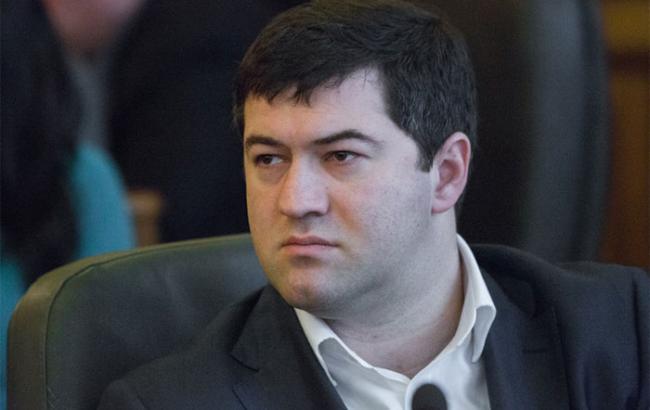 Фото: представители САП и НАБУ пытаются вручить подозрение Роману Насирову
