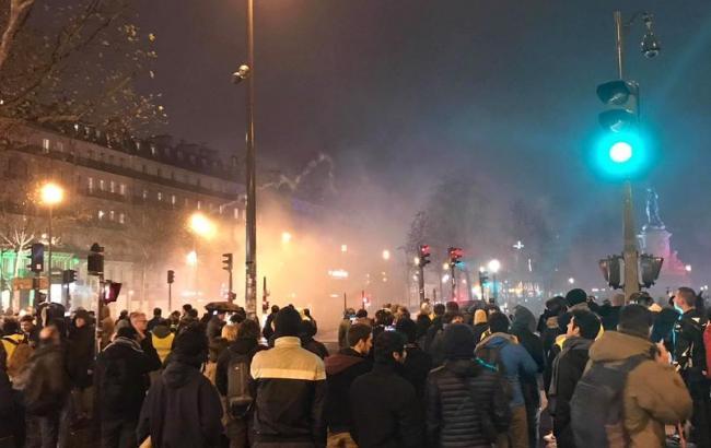 """Протести """"жовтих жилетів"""" в Парижі: 1 тис. 385 осіб затримано, 135 поранені"""