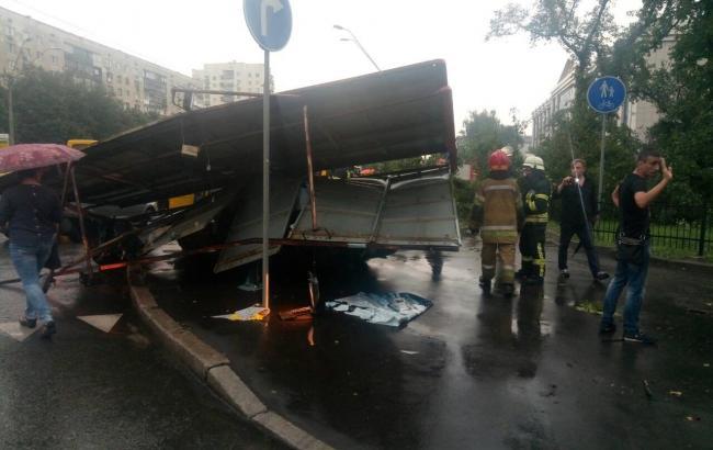 Спасатели продолжают ликвидацию последствий непогоды в Киеве