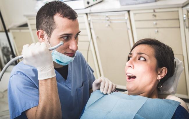 Фото: Стоматолог зламав щелепу пацієнтці (doclabo.jp)