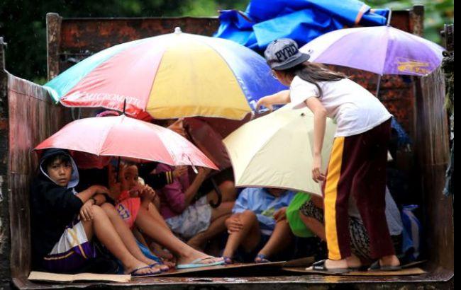 На Филиппины обрушился мощный тайфун, 100 тысяч человек эвакуированы
