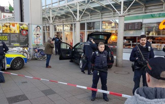 У Німеччині автомобіль врізався у натовп, є поранені