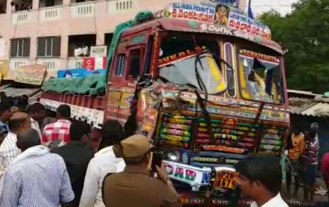 Фото: грузовик врезался в толпу