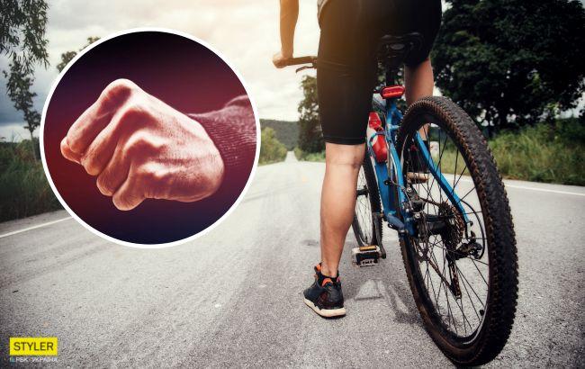 Прыгал по авто и угрожал: неадекват на велосипеде избил супругов из-за парковки (видео)