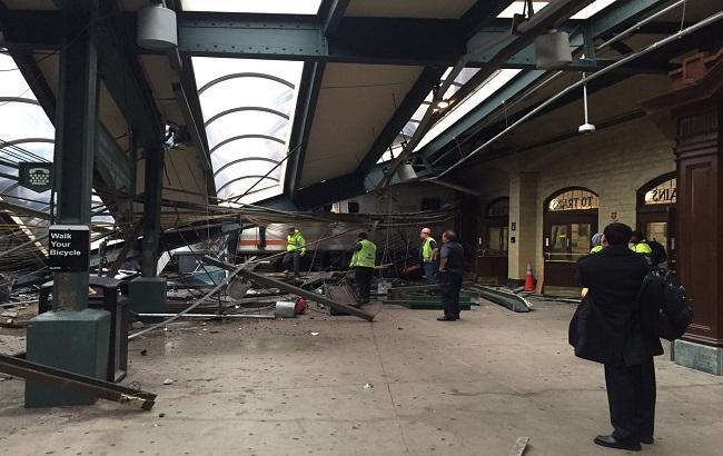 Фото: в США поезд врезался в станцию