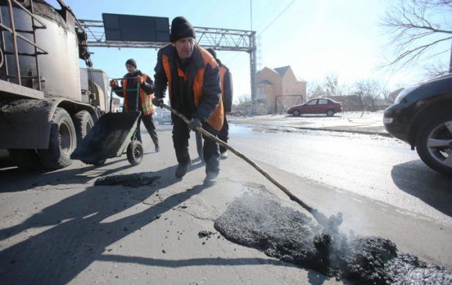 """У мережі висміяли весняний """"ремонт"""" доріг на Донбасі (відео)"""