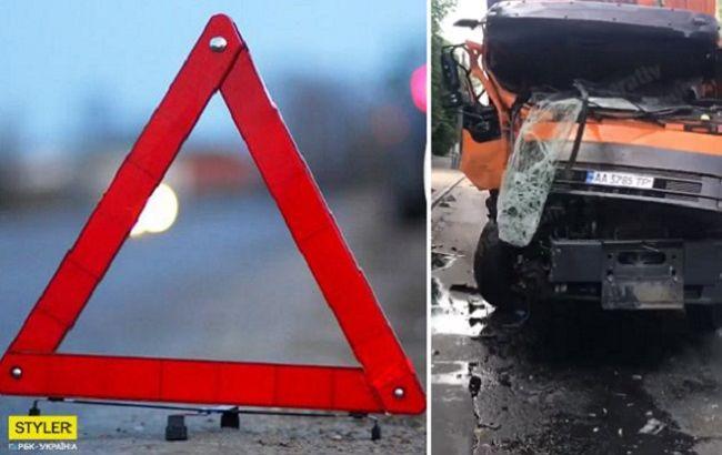 Кабина в хлам: в Киеве мусоровоз столкнулся с маршруткой (видео)