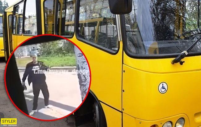У Дніпрі неадекват вдарив маршрутчика під час руху автобуса (відео)