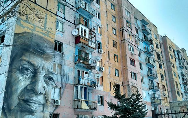 Фото: Обстрелянный дом в Авдеевке с портретом-муралом местной учительницы