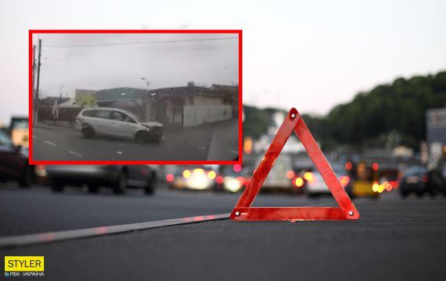 Под Киевом авто снесло магазинчик с женщиной исделало сальто в воздухе: видео аварии