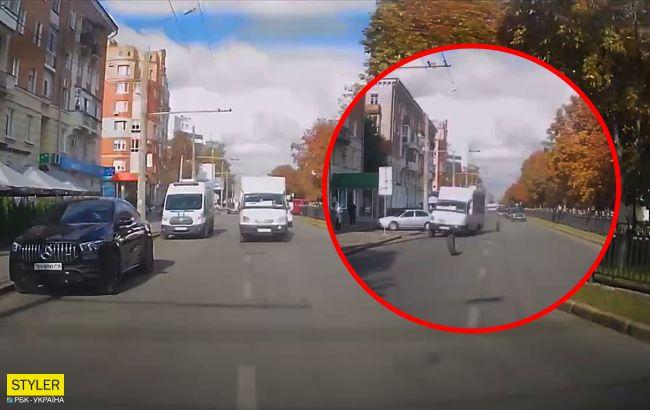 В Полтаве на ходу у маршрутки отпало два колеса: одно влетело в остановку с людьми (видео)