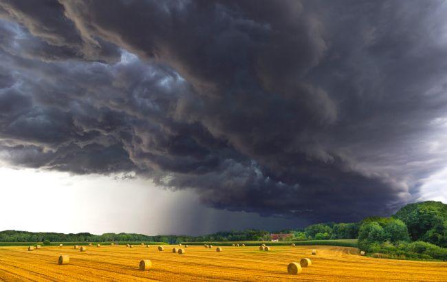 Гроза, сильні зливи та шквали: де в Україні розгуляється негода