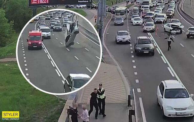 Появилось видео эпичного ДТП в Киеве: машина зацепилась за провода, повисла в воздухе и рухнула