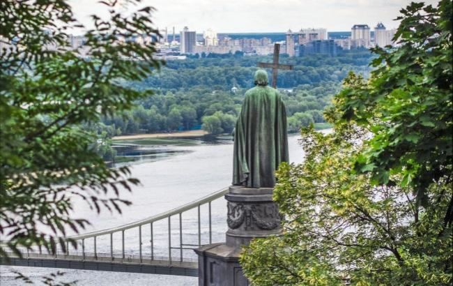 Фото: Вандалы испортили памятник Владимиру Великому (segodnya.ua)