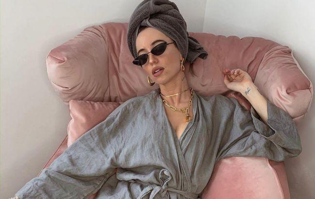 Икона стиля: Надю Дорофееву в гламурном костюме заметили в метро (видео)