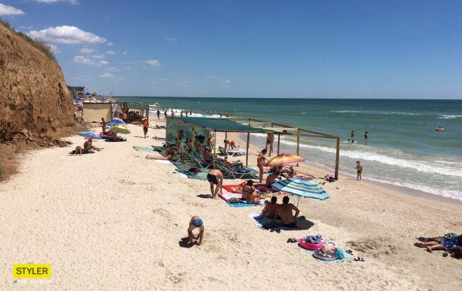 В Кирилловке на пляжах новая проблема: невозможно подойти к воде (видео)