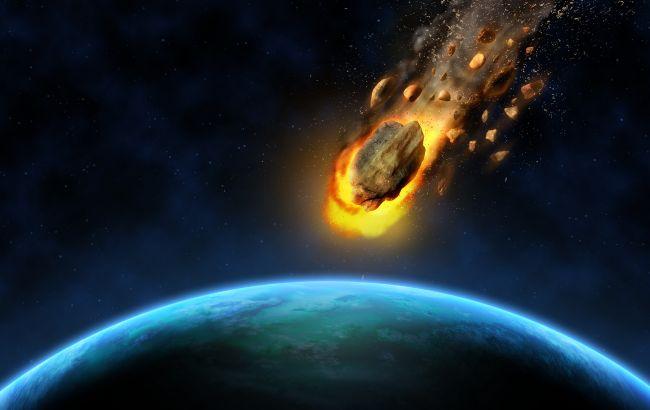 На видео попало падение метеорита на Землю: яркий огненный шар в ночном небе