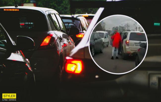 """Женщина остановила иномарку посреди дороги и вытащила из багажника ребенка: видео """"дикой"""" выходки"""