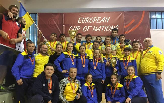 Фото: Украинские мужская и женская команды по вольной борьбе (ukrwrestling.com)