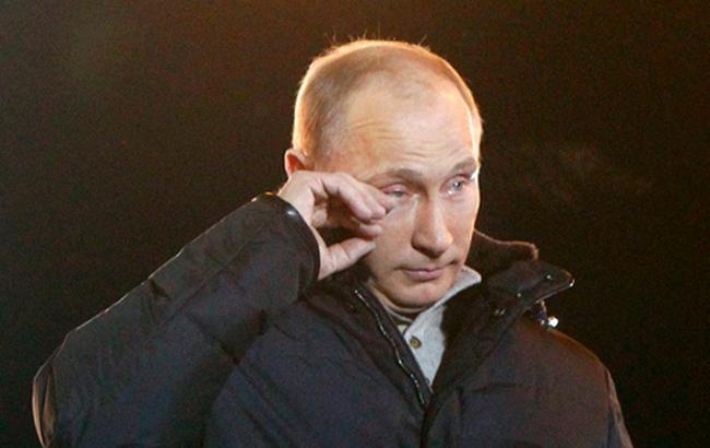 Фото: Путин вытирает слезы (polittech)