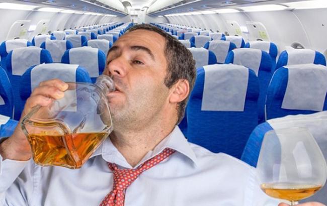 Фото: П'яний пасажир в літаку (kompromat1.info)