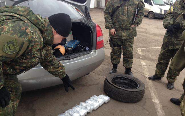 """Фото: пограничники изъяли марихуану на КПВВ """"Майорское"""" в Донецкой области"""