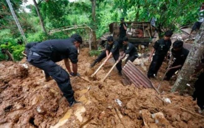 Фото: В результате схода оползня на Шри-Ланке погибли 7 человек