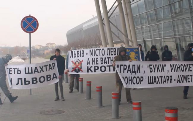 """Фото: Ультрас зустрічають """"Шахтар"""" у Львові (скріншот з відео)"""