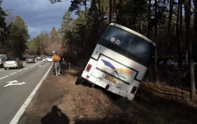 Фото: Автобус попал в кювет (segodnya.ua)